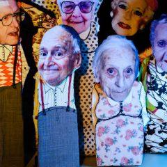 Au théâtre, les marionnettes jouent en silence…